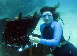 El cliente recoge su botella del fondo del mar.