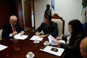 Carlos Enrique Meyer firma el convenio.